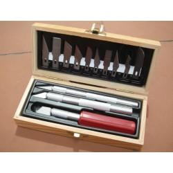 Sada tří skalpelů - dřevěná kazeta obsahuje 3 skalpely  a deset náhradních čepelí různého tvaru