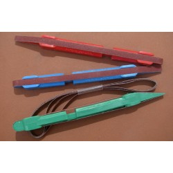 Sada obsahující tři barevně rozlišená brousítka (s hrubostí 120, 240 a 320) a ke každému jeden náhradní smirkový pás